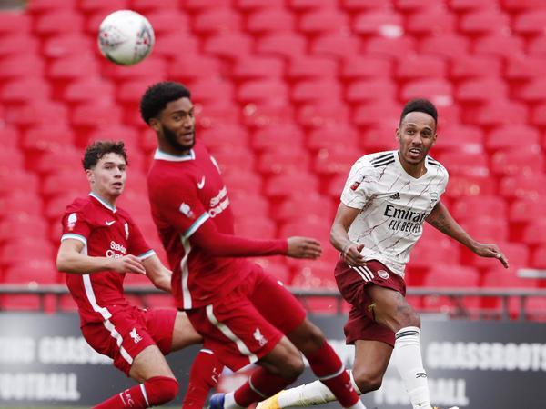 Tin Liverpool 31/8: Van Dijk động viên đồng đội sau thất bại tại Siêu cúp Anh